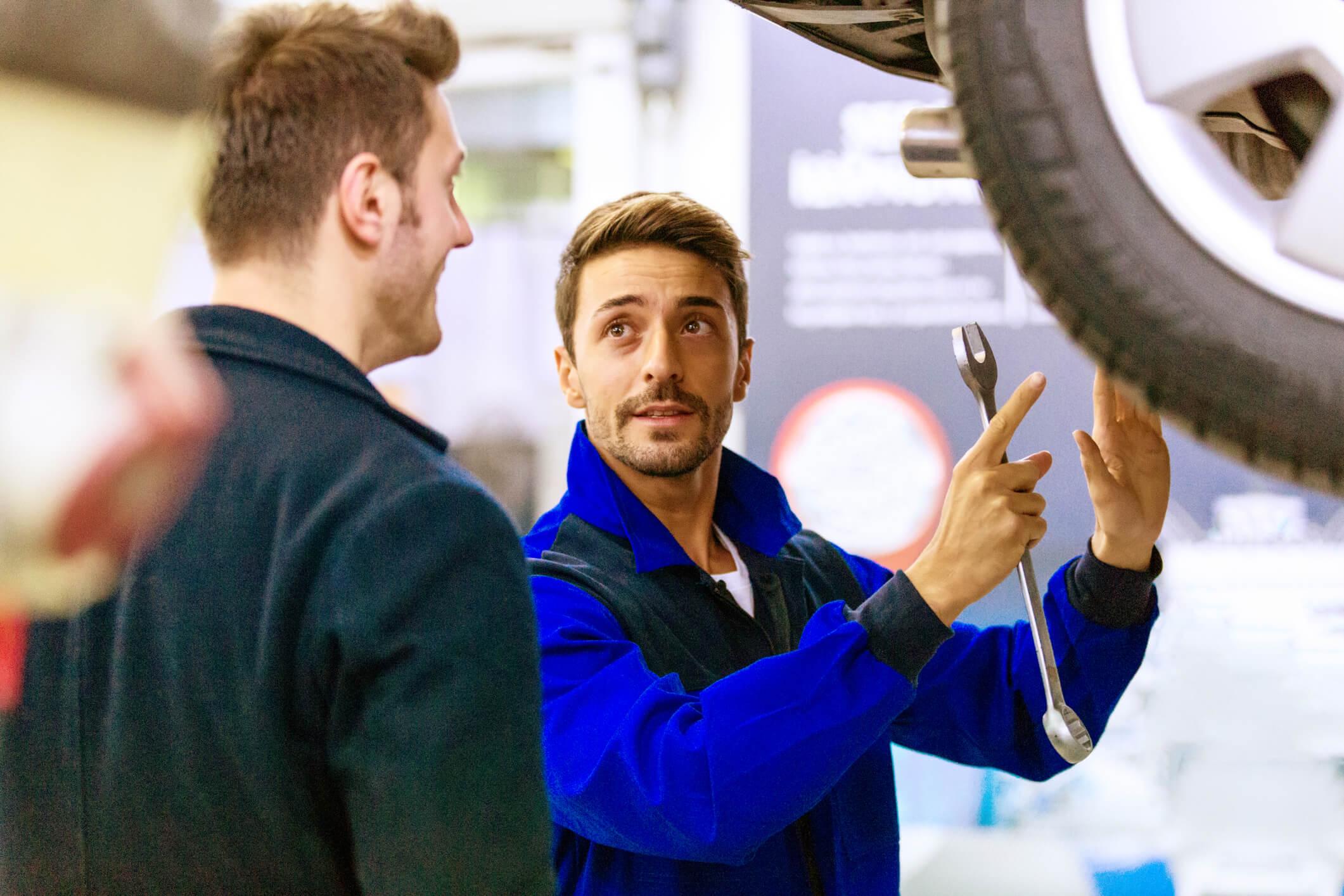 mecanico com cliente